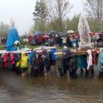 La fuerte lluvia desluce el bello encuentro de la Virgen del Rosario y san José en las aguas del río Tirteafuera