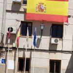 El ayuntamiento de Villamayor de Calatrava ha colocado en su fachada una gran bandera de España para animar a la Selección de Fútbol