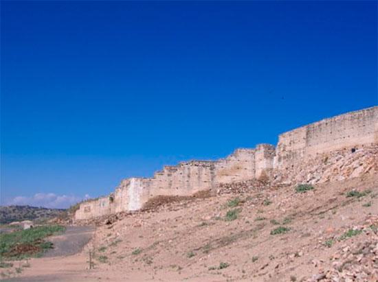 Muralla de Alarcos desde fuera vista desde el este