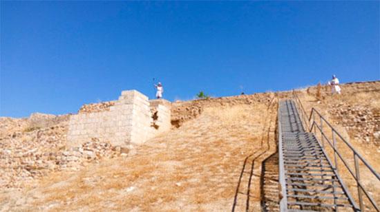 """Recreación de una guardia en la torre albarrana del castillo de Alarcos por parte del Grupo de Recreación Histórica de Ciudad Real """"Alarcos"""