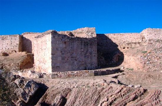 Torre y foso seco del castillo de Alarcos, lado este