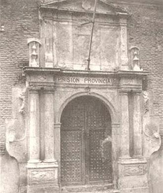 Portada de la Prisión de la Santa Hermandad de Ciudad Real en 1934, . La puerta de madera se conserva en como adorno exterior de un taller en el Parque Arqueológico de Alarcos, a 8km del centro de Ciudad Real, pues fue hasta 1992 la puerta del Santuario de la Virgen de Alarcos después de la guerra civil.