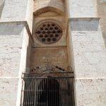 Contrafuertes y Rosetón Gótico encima de la Puerta del Perdón