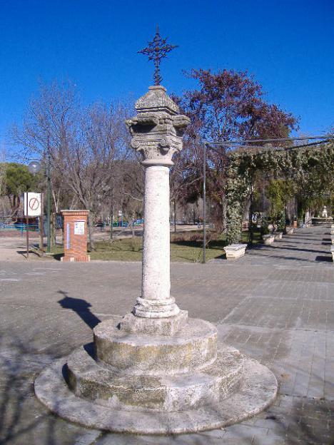 Antiguo Humilladero del camino Real de Córdoba, siglo XV, conocido como La Cruz de los Casados, cuenta con su propia leyenda medieval, parque de Gasset