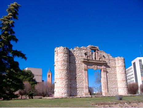 La reconstruida en 1985 Puerta de Santa María