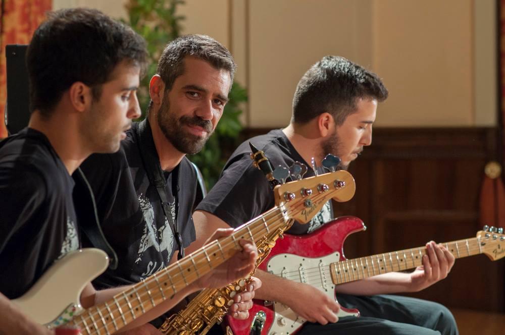 Rodrigo Manchado, en el centro de la imagen, durante una sesión musical