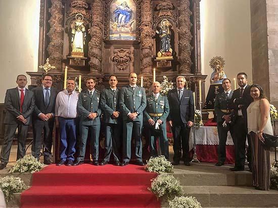 Agentes de la Guardia Civil, junto a miembros del equipo de Gobierno