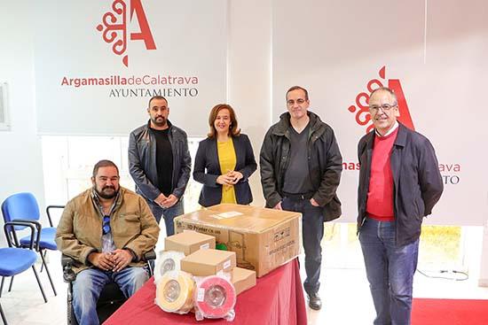 Autoridades y representantes del Instituto, junto con el material donado