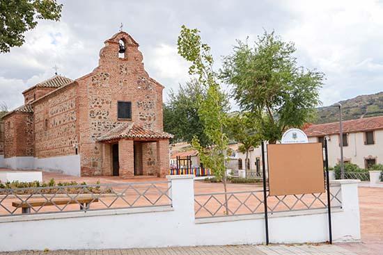 Tablón ubicado junto a la remozada zona de la ermita de Santa Brígida, en El Calvario