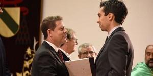 Emilio Redondo es felicitado por el presidente regional Emiliano García-Page