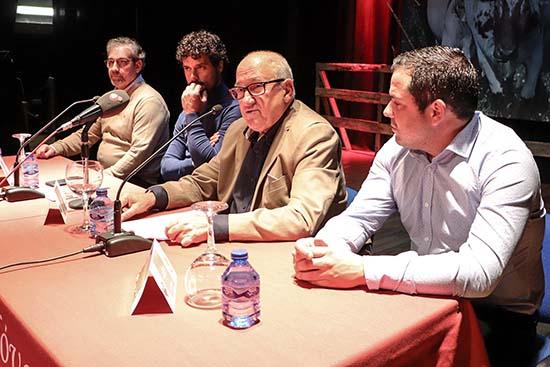 Carmelo García, en compañía de otros miembros de directiva, presentando al invitado