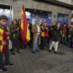 Ciudad Real: Un centenar de personas protesta a las puertas del Quijano, que se llena para ver el espectáculo de Dani Mateo
