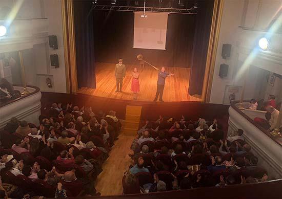 Público y actores, saludándose al término de la representación