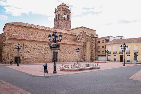 Panorámica de la Plaza Mayor, con el templo parroquial considerado BIC, al fondo
