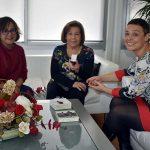 Pilar Zamora felicita a María José Melero por la Insignia de Oro de la Federación Regional de Foklore