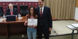 Una de las entregas del reconocimiento recogida por un familiar del Ingeniero Químico premiado (premio Aquona)