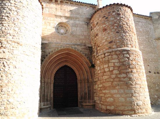 Contrafuertes de piedra, reforzando la nave del lado norte de la iglesia de San Pedro, tras su reconstrucción en la puerta de la umbría. Foto Antonio José Martín de Consuegra Gómez