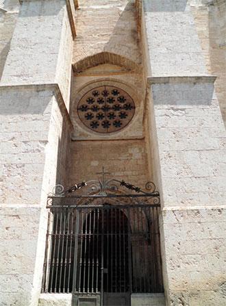 Contrafuertes de refuerzo en la puerta del perdón de la catedral de Ciudad Real foto AJM