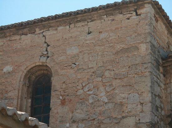 Grieta en una ventana de la iglesia de Santiago. Foto AJM