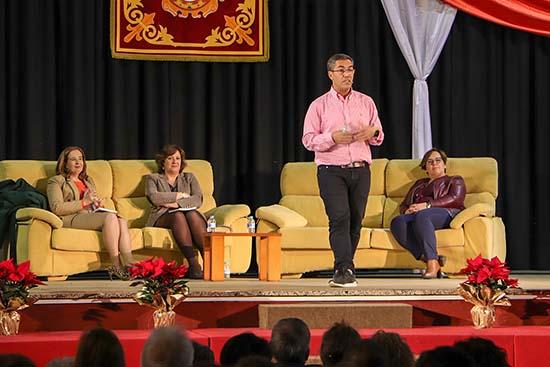 Ramón Arroyo, de pie, durante la excepcional charla que ofreció