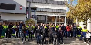 Empleados municipales durante una concentración a las puertas del Ayuntamiento de Puertollano (Archivo)