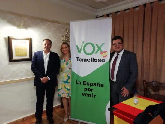 Casimiro Molina Flox, Ana María Valero (coordinadora de VOX Tomelloso) y Francisco Serrano