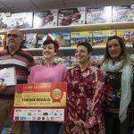 """Ciudad Real: Pilar Zamora entrega el cheque de 1.350 euros a la ganadora de la campaña de la """"Alfombra Azul"""""""