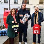 La alcaldesa de Argamasilla de Calatrava entrega a la Agrupación Local de Protección Civil una dotación de material para emergencias que incluye desfibrilador