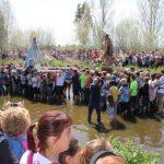 Cientos de romeros de Villamayor y Tirteafuera han acompañaron a la Virgen y a San José en su anual encuentro en las aguas del río