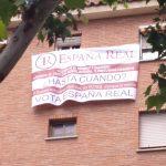 """Harto de """"ruidos, basura e inseguridad"""", un vecino del Torreón pide el voto desde su ventana para España Real con una gran lona"""