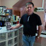 El candidato de IU a la Alcaldía José Manuel Pérez dona el documental «Las maestras de la República» a la biblioteca municipal de Argamasilla de Calatrava