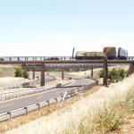 Puertollano: Vuelca el cargamento de paja de un camión en un puente sobre la A-41