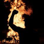 Al fuego lo malo: Noche de hoguera y tambores en La Granja