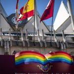 La bandera arcoíris vuelve a colgar del balcón consistorial al inicio de la Semana del Orgullo LGBTI