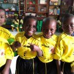 Los niños de Nacala (Mozambique) lucen felices las equipaciones donadas por Club Deportivo Adaptado Puertollano