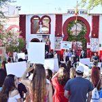 Medio centenar de personas se concentra a las puertas de la Plaza de Toros de Alcázar de San Juan para pedir el cese de la tauromaquia