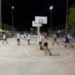 Baloncesto hasta el anochecer en las pistas del parque del Cementerio