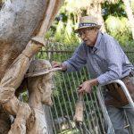 Francisco Ortega coge de nuevo la gubia y el mazo para rematar la escultura de Don Quijote y Sancho