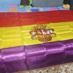 Puertollano: Un ciudadano es requerido a despojarse de la bandera de la II República para poder votar